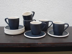 Tassen mit Unterteller schwarz