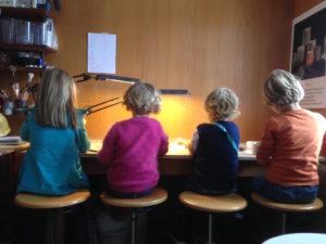 vier Kinder am Modellieren