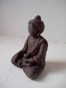 Buddha sehr klein aus schwarzem Ton
