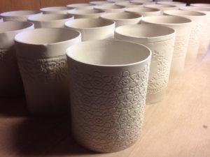 zum Trocknen hingestellte Windlichter aus Porzellan