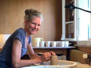 Christine Burch an der Drehscheibe, ch-keramik.ch