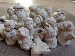 Fingerfiguren von Kindern modelliert