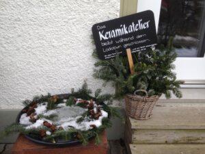 Eingang Keramikatelier mit Infotafel und grosser Schale, ch-keramik.ch